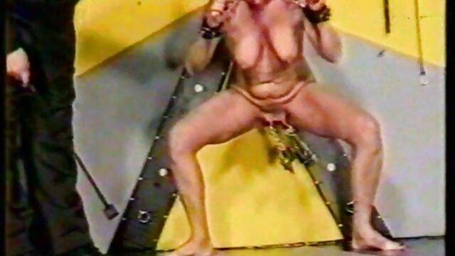 El coño de la milf americana fakeuniform porn BBW Nicolette está rezumando jugo