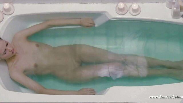 Adolescente fake nude xxx lesbiana seducida por gilf seductora