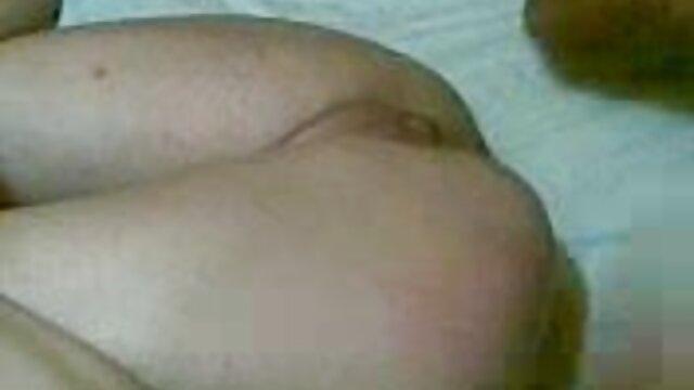 Adolescente tatuada en fake taxi y webcam creampie