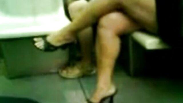 Madre madura faking porno online transmitiendo desde el baño de hombres