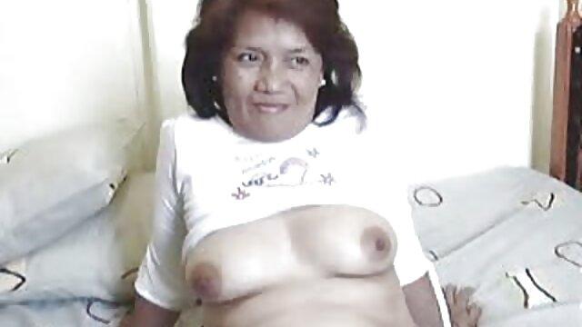 Bonita morena atrapada masturbándose en la cámara taxi fake videos
